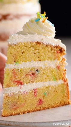 No birthday party is complete without everyone's favorite cake flavor, funfetti! food videos dessert cake Best-Ever Funfetti Cake Bon Dessert, Dessert Cake Recipes, Mini Desserts, Cupcake Recipes, Funfetti Kuchen, Funfetti Cake, Food Cakes, Cupcake Cakes, Cupcakes