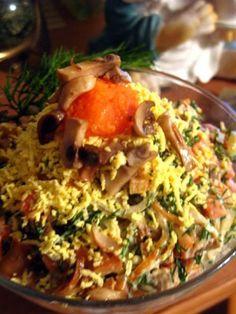 Салат: лук, шампиньоны, крабовые палочки, морковь, укроп, майонез.