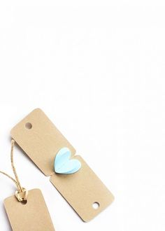 Create your own Mini Heart Tags with this tutorial using the Silhouette CAMEO and paper hearts. These tags are so adorable, you may just keep them! Click through to make your own on Maritza Lisa Diy Home Decor Projects, Diy Projects To Try, Diy Room Decor, Diy Hanging Shelves, Diy Wall Shelves, Clever Diy, Easy Diy, Diy Inspiration, Diy Coffee Table