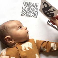 Nos primeiros meses de vida a visão dos bebês éembaçada, sem foco e sem distinção de cores. As imagens simples e com alto contraste são as que mais prendem a atenção dos pequeninos. Além disso,o recém nascido só consegue enxergar bem a uma distância de 20 a 30 cm, mais ou menos a distância do rost