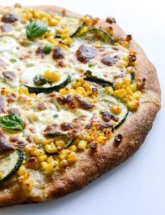 Summer Nights w.Sweet Corn, Zucchini and Fresh Mozzarella Pizza via @howsweetblog