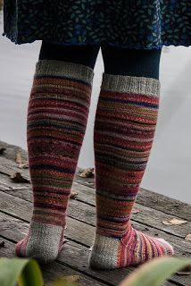 AnniKainen puikoissa Knitting Socks, Knit Socks, Rainbow Dog, Men In Heels, Red Green Yellow, Circular Needles, Mittens, Tartan, Stockings