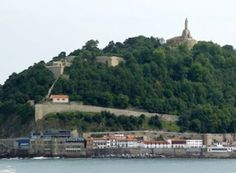 The Urgull Mount is the most significant historical heritage in the city. Located in the very centre of Donosti, is a nice place to see a sunset. Stuff To Do, Things To Do, Spain Travel Guide, Other Rooms, Old Town, Places To See, Paris Skyline, The Good Place, Tourism