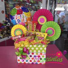 Caja con golosinas  Disponible en Tienda..!! @dencantos #CreacionesDencantos #Dencantos #Florister - dencantos Candy Bar Bouquet, Liquor Bouquet, Gift Bouquet, Candy Gift Baskets, Candy Gifts, Bf Gifts, Craft Gifts, Candy Arrangements, Birthday Bouquet