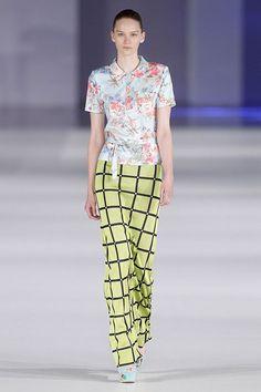 Camiseta de cuello de estampado floral a conjunto con falda de color amarillo y estampado a cuadros en el 080 Barcelona Fashion P/V 2014 #trend #style