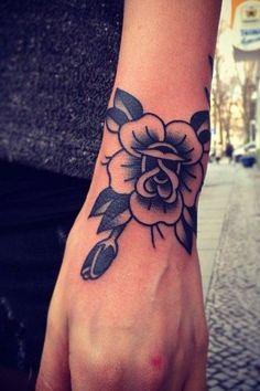 Tatouage sur le poignet : fleur traditionnelle Old School par Philippe Fernandez