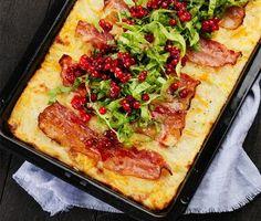 Favoriten i många hem kan nog vara raggmunk och här görs den i en långpanna med bacon på toppen vilket ger en god och knaprig yta! Skjut in i ugnen och låt den stå i cirka 20 minuter. Passa på att under tiden röra ihop lingonen som är det självklara tillbehöret. Husmanskost när den är som bäst!