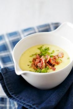 Pekoninen peruna-kukkakaalikeitto // Potato & Cauliflower Soup with Bacon… I Love Food, Good Food, Healthy Cooking, Healthy Recipes, Healthy Food, Soup Recipes, Cooking Recipes, Recipies, Molecular Gastronomy