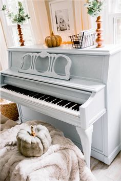 How to Paint a Piano - Lynzy & Co. Piano Room Decor, Living Room Decor, Painted Pianos, Painted Furniture, Furniture Update, Furniture Makeover, Easy Piano, Home Renovation, Home Projects