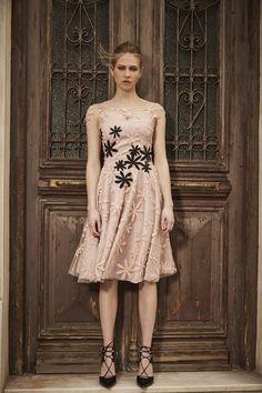 1037-Κοντό-βραδινό-φόρεμα-από-ιδιαίτερη-δαντέλα-με-μαργαρίτες-με-απλικέ-και-μανικάκι-για-γάμο-και-βάπτιση