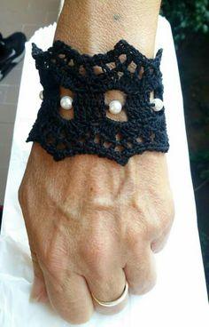Bracciale uncinetto nero con perle bianche. clarafiliecolori/facebook