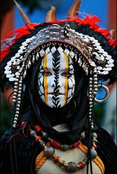 Let these 17 examples of cultural face paint remind you how elaborate and beautiful body art is. Cara Tribal, Tribal Face, Cultures Du Monde, World Cultures, Beautiful World, Beautiful People, Beautiful Body, People Around The World, Around The Worlds