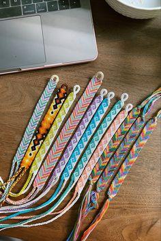 String Bracelet Patterns, Diy Bracelets Patterns, Diy Bracelets Easy, Thread Bracelets, Embroidery Bracelets, Summer Bracelets, Bracelet Crafts, Cute Bracelets, Bracelet Designs