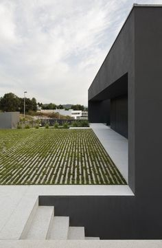 Gallery of House in Guimarães / AZO. Sequeira Arquitectos Associados - (via Gau… Minimalist Architecture, Contemporary Architecture, Landscape Architecture, Interior Architecture, Landscape Design, Design Exterior, Interior And Exterior, Modern Exterior, Modern Landscaping
