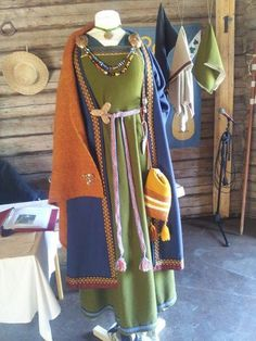 from hantverkat.wordpress.com, a viking dress with accessories and jewelry
