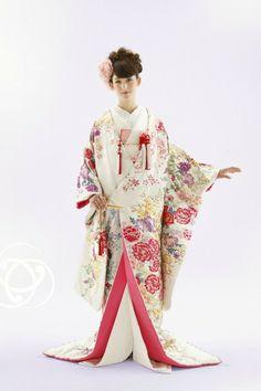 和服 Traditioneller Kimono, Furisode Kimono, Mode Kimono, Kimono Japan, Yukata, Kimono Style, Traditional Wedding Dresses, Traditional Outfits, Traditional Japanese Kimono