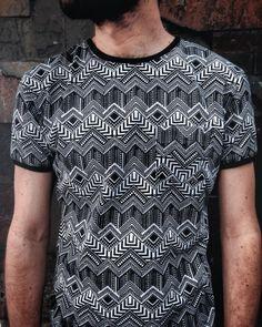Nueva camiseta con estampado étnico en blanco y negro disponible en nuestra tienda. #belikepardo #viaprovenza #yocomprocolombiano #diseñolocal #diseñocolombiano  (en Pardo)