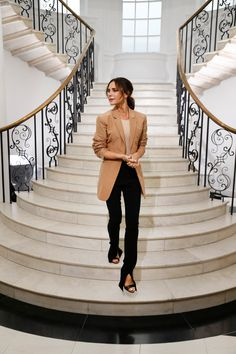 Victoria Beckham's Spring 2019 Collection Marks a New Chapter - Victoria Beckham at her Spring 2019 runway show during London Fashion Week. Victoria Beckham Outfits, Victoria Beckham Stil, Viktoria Beckham, London Fashion Weeks, Spice Girls, Farfetch Brasil, London Stil, The Beckham Family, How To Hem Pants