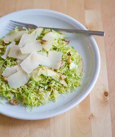 moey's kitchen: Rosenkohlsalat mit Apfel, Walnüssen und Pecorino