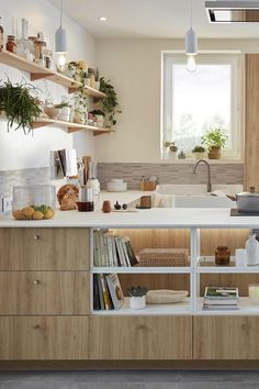 Le blanc, ça va avec tout ! C'est vrai aussi dans la cuisine, où les meubles blancs assurent un résultat moderne et font gagner en luminosité. Côté style, tout est possible. Vous aimez le style design ? Optez pour des façades sans poignée et des accessoires noirs. Si le style industriel est votre préféré, ajoutez un plan de travail en bois et des étagères ouvertes en métal noir. Vous aimez les cuisines des maisons de campagne ? Un îlot et des façades à cadres blanches donneront le ton. Cuisines Design, Diy Bedroom Decor, Home Decor, Kitchen Dining, Design Moderne, House, Kitchen Ideas, Houses, Small Kitchens