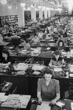 325 American women working to fill mail orders in the office of the Book of the Month Club. Working People, Working Woman, Vintage Photographs, Vintage Photos, 20th Century Women, Vintage Office, Business Outfit, Life Pictures, Picture Collection