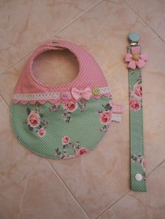 Baby bib and pacifier clip DIY Baby Sewing Projects, Sewing For Kids, Sewing Crafts, Baby Bibs Patterns, Bib Pattern, Baby Kit, Baby Burp Cloths, Handmade Baby, Diy Baby