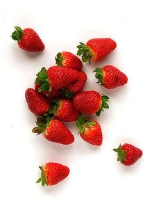 An easy Strawberry Liqueur that's ruby red and smells like a sun-drenched strawberry patch. Strawberry Patch, Strawberry Recipes, Strawberry Fields, Strawberry Jam, Healthy Eating Tips, Healthy Recipes, Healthy Habits, How To Store Strawberries, Foods