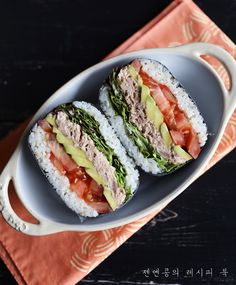 Avocado tuna onigirazu /참치 아보카도 오니기라즈 만들기 :: 맛있는 주먹밥 레시피! : japanese food Sushi Recipes, Asian Recipes, Healthy Recipes, Ethnic Recipes, Food Design, Clean Eating, Healthy Eating, Cute Food, Yummy Food
