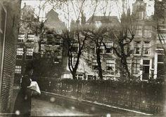 De huizen 27 t/m 31 aan het Begijnhof (v.r.n.l.). Breitner heeft het Begijnhof meerdere keren gefotografeerd (zie ook Spui) 1896-1904