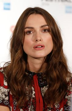 Keira Knightley Long Wavy Cut - Keira Knightley showed off her long wavy hair at… Professional Hairstyles, Trendy Hairstyles, Keira Knightley Makeup, Keira Christina Knightley, Long Wavy Hair, My Hairstyle, Super Hair, About Hair, Brunette Hair