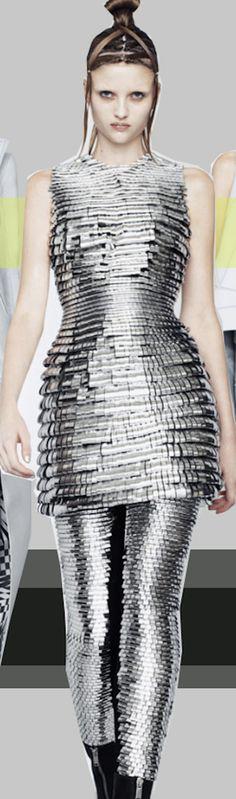 Gareth Pugh Spring 2011 Ready-to-Wear Fashion Show Big Fashion, Fashion Art, Womens Fashion, Heavy Metal Fashion, Glitter Fashion, Gareth Pugh, Silver Style, Traditional Fashion, Haute Couture Fashion
