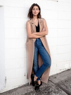 By Natasha Alexandrou A sleeveless coat is the perfect option on days when you want to look put together without all the effort.Pair with a chunky knit sweater and skinny jeans,or layer over a crisp