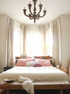 Master bedroom decor tips - A brilliant tip about interior design is the fact that consistency is key. You should choose a solid theme to tie your design will be consistent throughout. Bay Window Bedroom, Bedroom Windows, Home Bedroom, Bedroom Furniture, Bedroom Decor, Bay Windows, Window Curtains, Bedroom Ideas, Airy Bedroom
