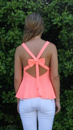 The cute coral color looks great with white skinny jeans. The bow adds feminine flair. Look Fashion, Fashion Outfits, Womens Fashion, Spring Summer Fashion, Spring Outfits, Pretty Outfits, Cute Outfits, Modelos Fashion, Cute Shirts