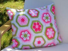 Du magst Blumen + häkelst gern? Dann ist der Kissenbezug, der aus vielen kleinen Sechsecken besteht, super für Dich. Schnell zu häkeln - das macht Spaß.