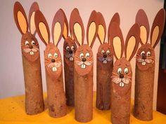 Osterhasen aus Holzstämmen