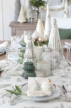 Simple Christmas Vignette with Christmas decorations, glass Christmas trees, pine branches, round mirror, and little Christmas decor pieces. Christmas Table Settings, Christmas Tablescapes, Christmas Table Decorations, Holiday Decor, Christmas Vignette, Holiday Tablescape, Halloween Decorations, Gold Christmas Tree, Simple Christmas