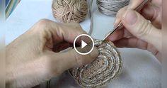 Come realizzare una borsa con la corda e uncinetto, questo ė il contenuto di questo bellissimo video tutorial, la realizzazione ė molto semplice e in più il video spiega il