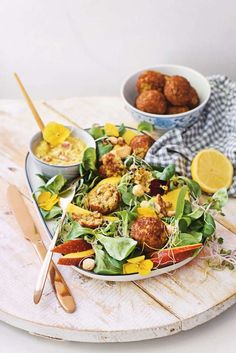 Falafel salad with mango and roasted cashews - A delicious vegetarian falafel salad with mango and roasted cashew nuts. You can prepare this healt - Pureed Food Recipes, Veggie Recipes, Salad Recipes, Vegetarian Recipes, Healthy Recipes, Cooking Recipes, Falafel Salad, Good Food, Yummy Food