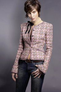 This is an example of the Chanel style jacket. It usually looks expensive and fancy with its signature silhouette and the material it is made from. This woman has made her Chanel style jacket into a more casual look. Chanel Tweed Jacket, Chanel Style Jacket, Boucle Jacket, Look Fashion, Womens Fashion, Fashion Design, Fashion Trends, Chanel Couture, Couture Sewing
