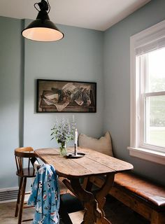 Decorating can sometimes get complicated. It can get in its own way with wallpapers, accessories, furniture — the works. Other times you come across homes that are so sparse, they seem unlivable. Finding that perfect in-between seems to be the right move,