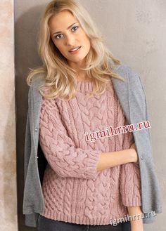 Розовый пуловер с узорами из «кос и сот». Вязание спицами