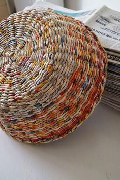Crafts with newspaper: photos & steps! - New decoration styles - Crafts with newspaper: photos & steps! – New decoration styles - Recycled Magazine Crafts, Recycled Paper Crafts, Recycled Magazines, Old Magazines, Newspaper Basket, Newspaper Crafts, Old Newspaper, Papier Diy, Paper Weaving