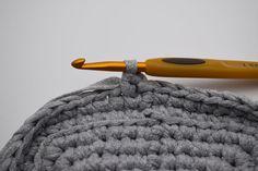 Gratis hækle opskrift på firkantet Ribbon kurve, Hæklede kurve i ribbon båndgarn. Smarte hæklede kurve, til opbevaring eller som skjuler.