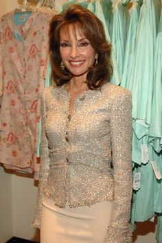 Susan Lucci at age she looks great for her age. she has so much love for life, it shows in the way she carries herself. When you feel good, it will reflect and show in your fashion ways! Thin Hair Haircuts, Layered Haircuts, Wig Hairstyles, Beautiful Girl Body, Beautiful Old Woman, Susan Lucci, Haircut And Color, Aging Gracefully, Mom Outfits