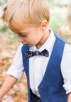 Pour ajouter un peu d'élégance à la tenue de votre garçon, nous vous proposons le noeud papillon Daisy bleu marine s'accordera facilement avec un costume bleu de cérémonie.
