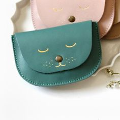 831cdd630edfa0d4779a2910542ff30d.560x560.optimal Diy Leather Goods, Leather Bags Handmade, Leather Crossbody Bag, Leather Purses, Leather Wallet, Sacs Design, Leather Bag Pattern, Diy Handbag, Patchwork Bags