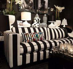 Der moderne Farbkontrast zwischen Schwarz und Weiß findet sich sowohl auf Möbeln, als auch auf Accessoires wieder. #homestory #homestoryde #home #interior #design #inspiring #creative #deko #decoration #living