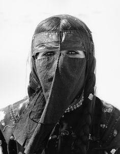 Though I think Eli is struggling through some Arabian Women, Niqab Fashion, Space Fashion, Arabic Art, Oriental Fashion, Traditional Looks, Female Photographers, Games For Girls, Portrait Photography