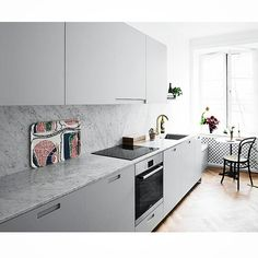 Grå köksluckor med grepp 3 #grepp3 #gray #grå #marmor #marble #biancocarrara #bianco #carrara #mässing #brass #tapwell #köksblandare #köksluckor #kitchendoors #exklusiv #exclusive #ikea #kitchen #kök #köksrenovering #kökinspiration #interior #interiör #inspiration #decoration #decor #nordic #design #design